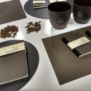 Dat champignons goed gedijen op koffieprut wisten we al van experimenten van BlueCity in Rotterdam. Nu blijkt dat je van dezelfde prut boekomslagen en koffiebekertjes kunt maken