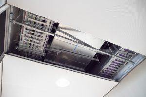 Het plafondsysteem van Armstrong Ceiling Solutions bevat een speciale clip die voorkomt dat de plafondplaat naar beneden kan vallen