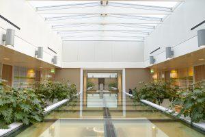In alle verkeerzones van het ziekenhuis werden metalen plafonds gemonteerd