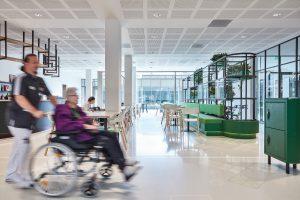 Restaurant met aangepast design meubilair. Het buffet is aangepast op rolstoelen, maar de bar niet. Dit met het oog op re-integratie in de gewone wereld. Foto Jeroen van der Wielen