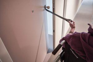 In het interieur zijn leren grepen toegepast, zo kun je de voordeur dicht doen terwijl je naar buiten rijdt. Foto Jeroen van der Wielen