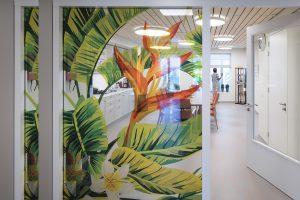 Woonzorgcentrum Scheldehof Vlissingen, atelier PRO architecten. De woonkamers van de woongroepen voor mensen met dementie grenzen aan een binnentuin met uitzicht op de stad. Foto Rpnald Tilleman
