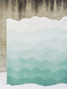 Petrified Carpets is geïnspireerd op de ideale tuin afgebeeld op klassieke Perzische tapijten. Objecten zoals de omringende muur heeft Studio Ossidiana met verschillende  technieken van gieten, kleuren en structureren vertaald in beton.