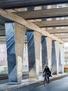 Tegen de kolommen en het plafond zijn spiegelpanelen aangebracht. Foto Jordi Huisman