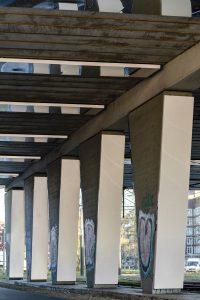Aan een zijde zijn de kolommen bekleed met retroreflectieve folie.. Foto Jordi Huisman.