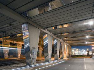 Er is geen verlichting in de tunnel toegevoegd, alleen door weerspiegeling en reflectie is er meer licht. Foto Jordi Huisman.