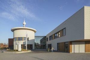 Net zoals vroeger een klok de kerktoren sierde, staat er nu een klok op Kulturhus de Spil. De klok benadrukt de centrale en publieke functie van het gebouw