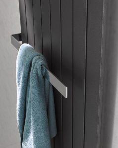 Dankzij het praktische design kan de handdoek heel gemakkelijk vanaf de zijkant op de handdoekhouder worden geschoven. De handdoekhouder is verkrijgbaar in een sierlijke chroomlook