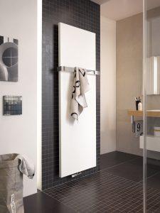 De gesloten handdoekhouder wordt aan beide zijkanten van de designradiator gemonteerd zodat deze zich voor de radiator bevindt en deze niet bedekt. De gesloten handdoekhouder is verkrijgbaar in de kleuren wit en chroom