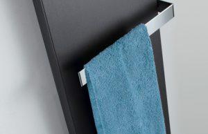 De supervlakke designradiator Atelier Line zweeft bijna tegen de muur en ziet eruit als een grafisch design-element. De geopende handdoekhouder kan aan beide zijden van de radiator worden gemonteerd