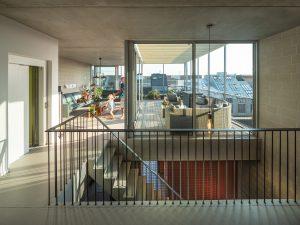 De schoonouders van architect Auguste van Oppen (BETA) bewonen de bovenste 2,5 verdieping van het meergeneratiehuis. De woning is per trap en lift bereikbaar