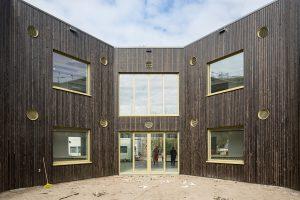 Basisschool De Molenwiek, Haarlem is naar ontwerp van architectenbureau Korth Tielens uitgebreid met ruim 1100 m2. Aan het park is een kloeke aanbouw rond een vijfhoekige patio verrezen