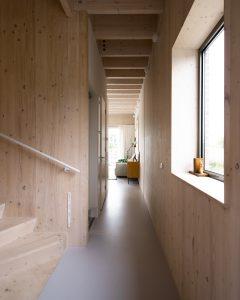 De spil van het huis is de houten wenteltrap, met daarnaast de lift