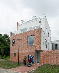 Op een hoekkavel aan het Solitudopad in de Omval in Amsterdam ontwierp architectenbureau Lilith Ronner van Hooijdonk een huis voor een gezin met drie kinderen en hun grootouder