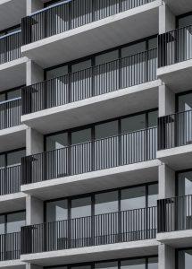Door subtiele stapsgewijze verschuivingen in de gevel zijn de appartementen geoptimaliseerd naar hun omgeving en uitzichten • Foto Bas Leemans