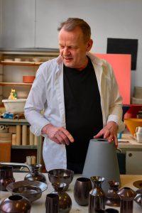 Geert Lap in zijn atelier in 2017. Foto Erik en Petra Hesmerg