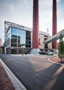 Aan de noordkant wordt de symmetrie voltooid door een moderne uitbouw met strak gedetailleerde puien in aluminium en glas. Foto Tycho Merijn i.o.v. Atelier Van Berlo