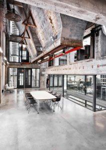 In het 5 meter brede middendeel hangen op 28 meter hoogte enorme betonnen  kolenstortkokers, waarin nu ook kantoorruimte zit. Foto Tycho Merijn i.o.v. Atelier Van Berlo