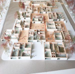 KRFT ontwerpt een huiselijke, kleinschalige school, afgestemd op de menselijke maat. Het bouwprogramma is opgeknipt in een serie paviljoens, met daartussen veel buitenruimtes