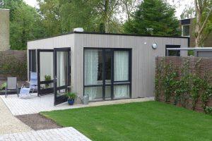 Prefab zorg-units en zorgwoningen van PasAan kunnen in de achtertuin van een woning kunnen worden geplaatst. Een standaard model meet 6 bij 9 meter en is opgebouwd uit een stalen frame, gefundeerd op beton