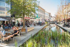 De Mechelen Boulevard verbindt het centraal station sterker met het marktplein van de stad. De meer dan 1 km lange voetgangers- en fietszone is grotendeels uitgevoerd als shared space • Beeld Joost Joossen / Stad Mechelen