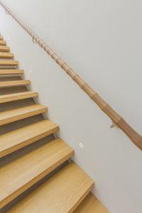 De Converse Handrail. In opdracht van een particulier maakte Siebum de 5.30 meter lange trapleuning van walnotenhout. De 'golfjes' worden steeds kleiner als je de trap oploopt