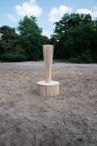 The Ash, zitmeubel van essenhout, bijna volledig uit restmateriaal gemaakt, met 3200 latjes. Als je erop zit, kun je met de stoel meebewegen en de beweging maakt geluid