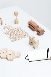 Modellen van de kapstok Oblique en Hexagon en van de kruk Spine Stool.