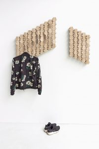 Kapstok Oblique bestaat uit eindeloos repetitieve zeshoeken van walnoten- of eikenhout