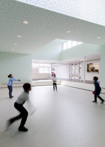 Basisschool De Piramide, Haarlem is in 2017 verbouwd naar ontwerp van architect Serge Schoemaker. Het ontwerp is 'van binnen naar buiten' opgezet. Een groot deel van de school blijft in tact. De patio's worden overdekt en er komt een derde patio bij. Ze krijgen elk een eigen functie: theater, speellokaal, ruimte voor het werken in kleine groepen • Foto MWA Hart Nibbrig