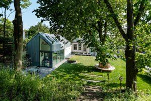 Bij een huis in Zandvoort is een energieneutrale kangoeroewoning in de achtertuin gebouwd, ontworpen door AG architecten. Deze woning met vide en atelier op de verdieping meet ca 5 bij 11 meter en heeft een verdiept terras