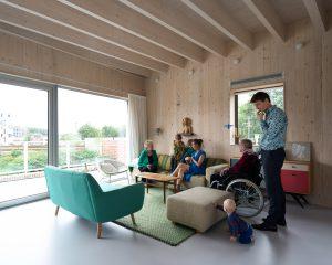 Dankzij de lift is de gezinswoning ook toegankelijk voor de grootouders. Woonkamer op tweede verdieping. Foto: MWA Max Hart Nibbrig