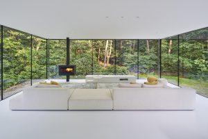 Witte woonkamer met kachel Meteor Brændeovne (DK) die is aangepast naar ontwerp Reitsema