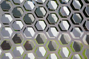 Het aluminium raamwerk is 3mm dik, thermisch verzinkt en wit gepoedercoat