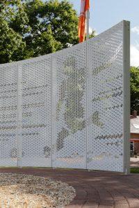 De Wall of Fame is gemaakt van aluminium panelen waarin zeshoeken gestanst zijn. Deze zeshoeken zijn vervolgens in verschillende richtingen gezet, zodat er afbeeldingen zichtbaar worden