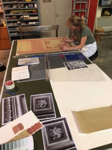 Claudia Junge bezig met het kleurenonderzoek