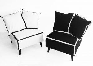 Coach on canvas  bestaat uit zitelementen als een fauteuil en een bank van foam en kussens. Als een kldingstuk kan de canvas hoes over het gehele meubel worden getrokken. De lijnen gevel het meubel een grafische verschijning.