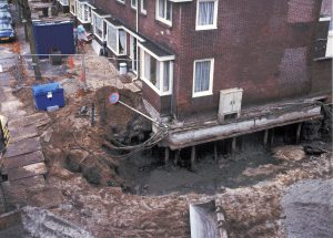 Funderingsherstel: vrijgegraven constructie om onder de woning te komen