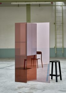 Room divider, kast en spiegel, getiteld Glimpse Mirrored Screens
