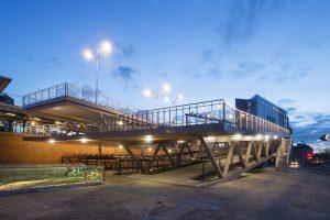De fietsflat bij station Hengelo kent een hoge mate van transparantie. Met opvallende uitkraging en een 'stadsbalkon'. Een ontwerp van studioSK Foto: Ben Volkers.