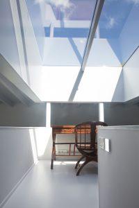 Bovenaan de constructieve kern van JK House is een groot daklicht aangebracht met daaronder het kraaiennest, een studieplek