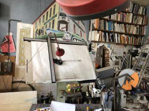 Een bel heeft het huis annex atelier van John Körmeling in Eindhoven niet. Het atelier heeft weinig van een doorsnee architectenbureau. In de hoek hangt een ouderwetse tv met een kassei door de beeldbuis • Foto Peter de Winter.