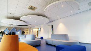De vier ronde canopies hangen op verschillende hoogtes als cirkels boven de hoofden van de bezoekers. Als een wolkenveld