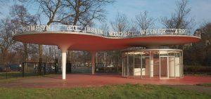 Voor de ingang aan de Lindendreef van het park Middelheim in Antwerpen ontwierp Körmeling een multifunctioneel paviljoen met een waaiervormige constructie, een rood grondvlak en een wit dak. Flikkerlichtjes verwijzen naar beeldhouwers • Foto Middelheimmuseum