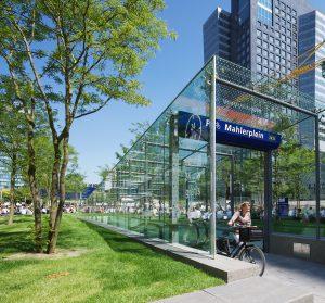 Ondergrondse fietsenstalling Mahlerplein, bij station Amsterdam Zuid. Een tapis roulant met aangelichte glazen panelen verbindt boven- en onderwereld. Bovenop de stalling is publieke ruimte met veel kwaliteit ontstaan, een park. Ontwerp van studioSK