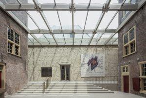 De Achterhof is leeggehaald en heeft een nieuwe glazen overkapping en een nieuwe gevel naar de Harteveltzaal