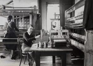 Kitty van der Mijll Dekker in haar weefatelier in Nunspeet Jaar: ca. 1935 Collectie TextielMuseum