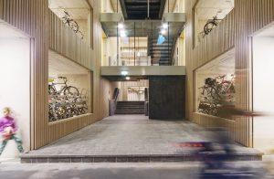 Het materiaalgebruik in de fietsenstalling Utrecht CS is robuust: beton, staal en hout