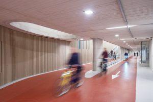 Het is mogelijk om tot aan de stallingsplek te fietsen, zodat de doorlooptijd tussen de entree van de stalling tot aan de aankomst op het perron, zo kort mogelijk is.