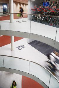 In de fietsenstalling onder het stationsplein van Utrecht CS komen 12.500 fietsparkeerplekken. De vides lopen van het plein tot aan de kelder waardoor veel daglicht binnen kan komen